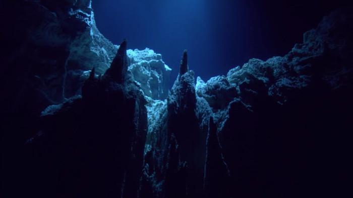 Điểm sâu nhất của vực mang tên Challenger Deep có độ sâu khoảng 10.984m.