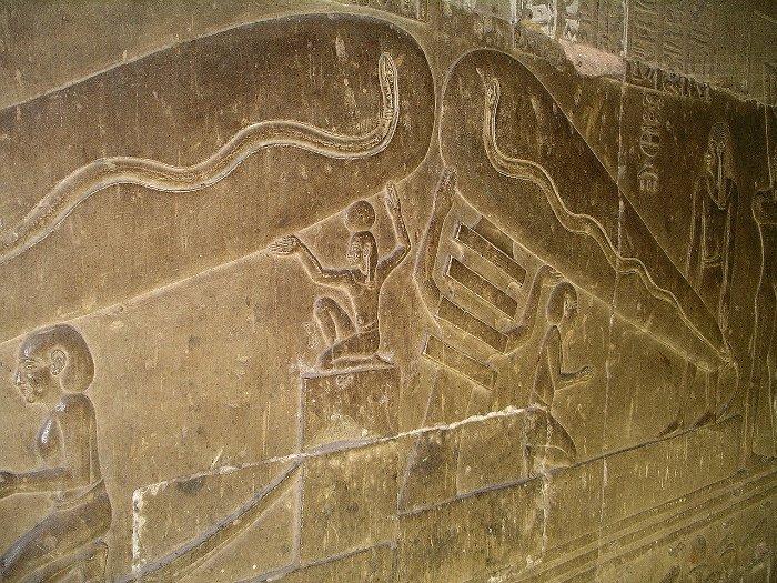 Hình ảnh người Ai Cập cổ đại sử dụng đèn điện được tìm thấy ở đền Dendara.