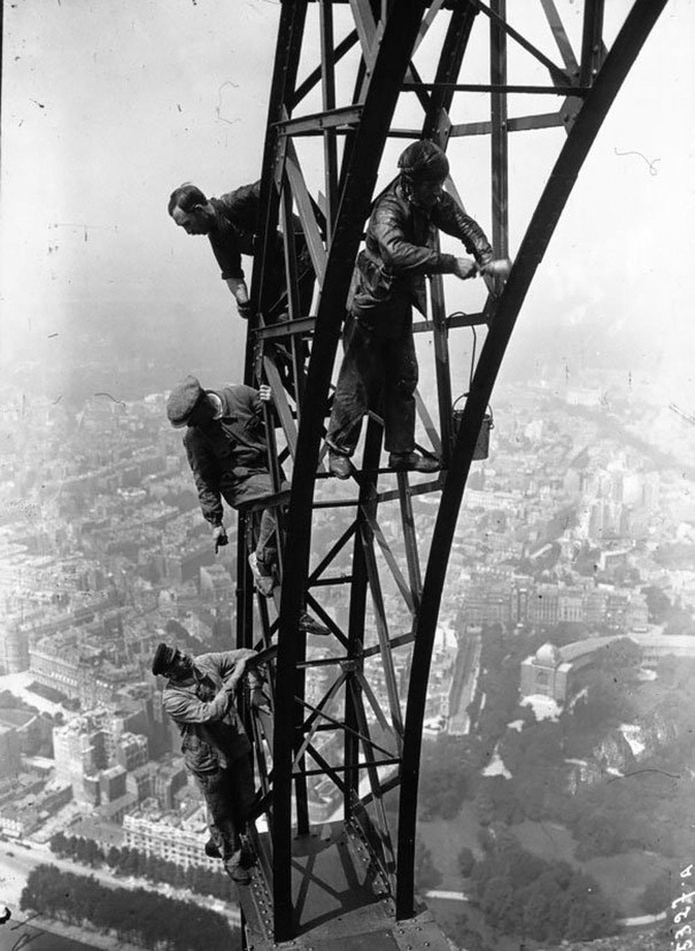 Những người thợ đang sơn tháp Eiffel năm 1932