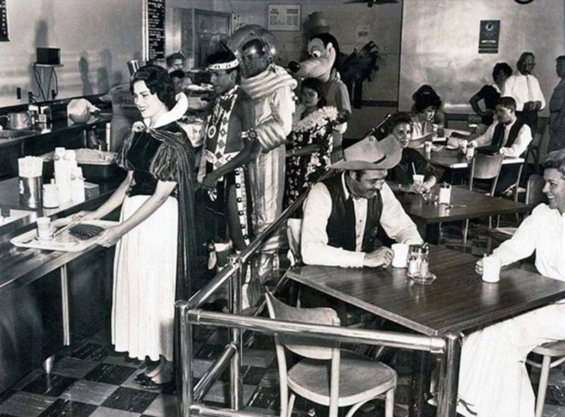 Nhân viên quán cà phê Disneyland 1962