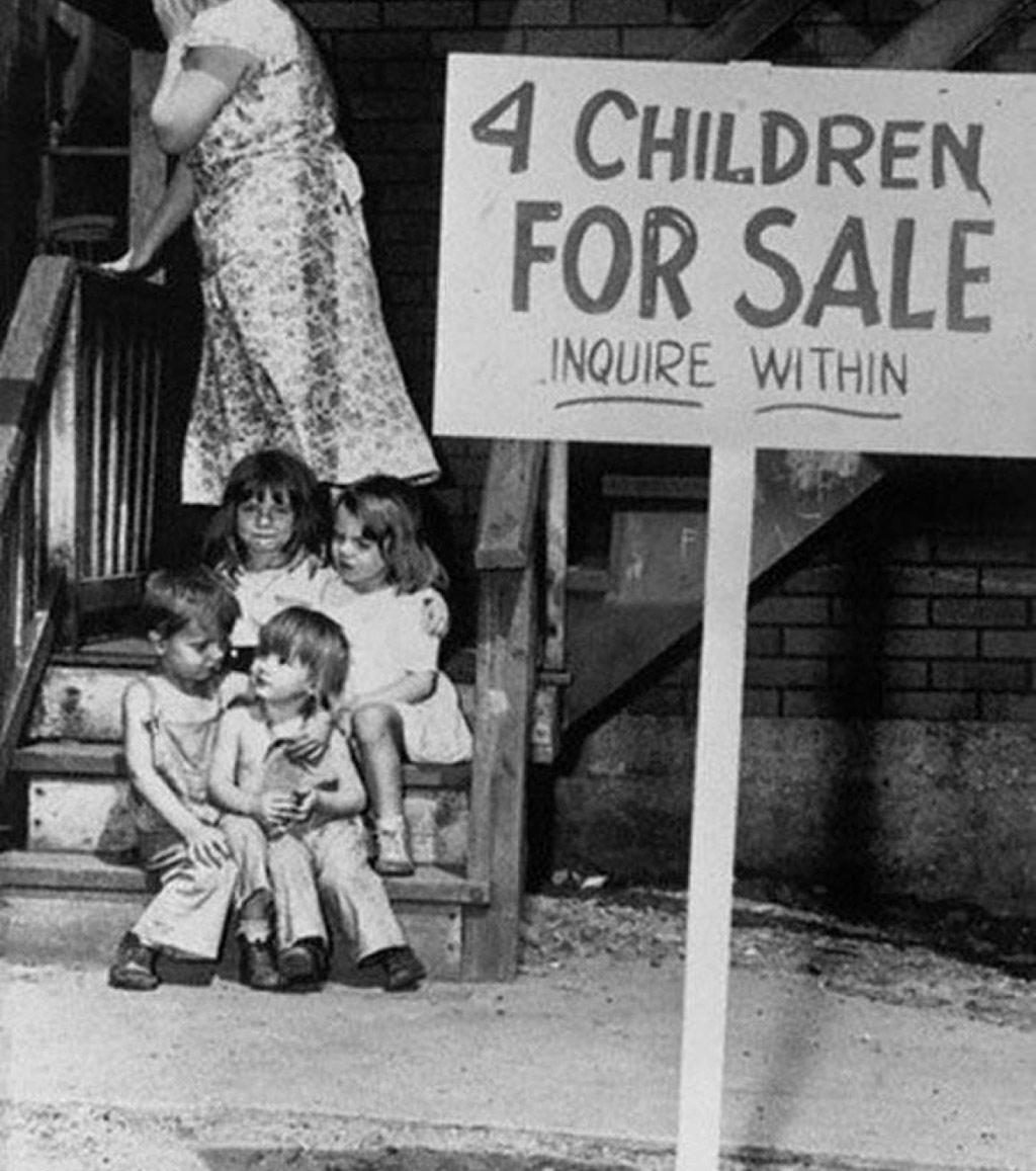 Người phụ nữ xấu hổ che mặt vì đã rao bán 4 đứa con của mình (1948)