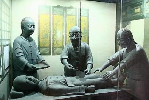 Tượng đá mô tả quá trình tịnh thân, hay còn gọi là cắt bỏ bộ phận sinh dục nam ở Trung Quốc.