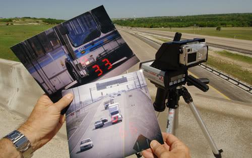 Súng di động có thể bắn tốc độ ngay trên một chiếc xe đang di chuyển cùng với xe của bạn.
