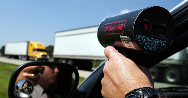 Khoảng cách mà súng có thể đo được tốc độ của xe di chuyển phụ thuộc vào sóng viba mạnh hay yếu.