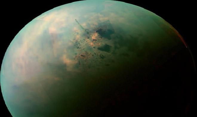 Vệ tinh lớn nhất của sao Thổ, Titan, là vật thể duy nhất trong hệ Mặt Trời có hồ trên bề mặt.