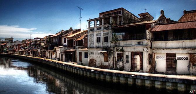 Dòng sông êm đềm chảy vắt ngang thành phố, những ngôi nhà gỗ nhỏ cổ kính