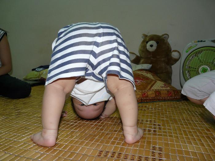 Nếu bé không khóc, vẫn cười nói khi chúi đầu xuống có nghĩa là bé chỉ tạo sự chú ý với mẹ thôi.