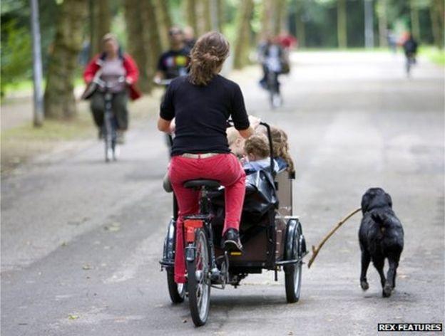 Các em bé được ngồi trong những chiếc ghế đặc biệt trên xe đạp 3 bánh.