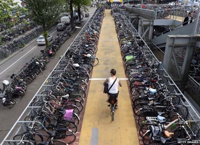 Bãi để xe đạp kiểu Amsterdam.