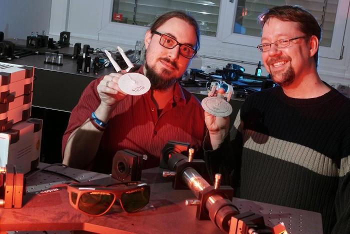 Hai nhà nghiên cứu Alexander Szameit (phải) và Marco Rigotti (trái) tại Đại học Jena, Đức.