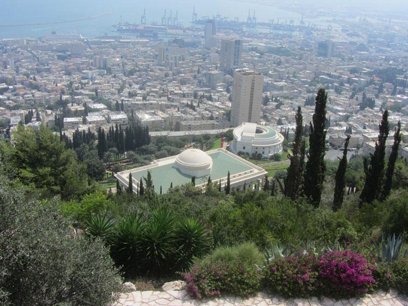 Khu vực Thánh Lăng Đức Báb aThánh Lăng Đức Bahá'u'lláh.