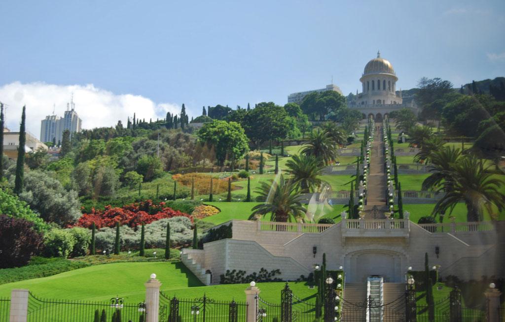 Cảnh quan xung quanh Thánh Lăng với kiến trúc tổng thể và cây cối xanh tươi được chăm sóc cẩn thận.
