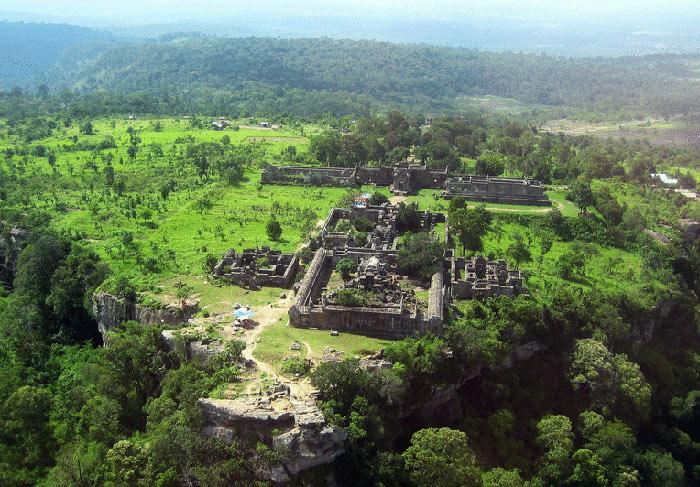 Prasat Preah Vihear là một ngôi đền nằm trên chỏm núi thuộc Dângrêk ở Campuchia gần biên giới Thái Lan