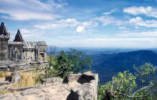 Đền Preah Vihear được xây dựng trên dãy núi giữa biên giới hai nước Thái Lan và Campuchia.