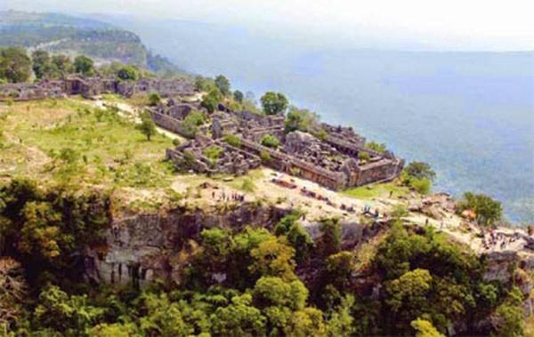 Đền nằm cheo leo trên dãy núi Dângrêk