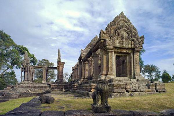 Trước đây phần khu vực xung quanh đền có nhiều tháp cao nhưng hiện nay phần lớn các kiến trúc đèn tháp phụ xung quanh đền đều bị đổ nát nghiêm trọng.