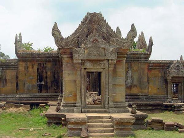 Kiến trúc phức hợp của ngôi đền chạy theo trục Bắc Nam dài 800 m