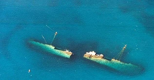 Xác tàu đắm dưới đáy biển.