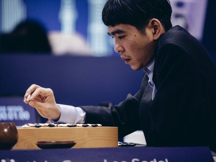 Ván đấu thứ Tư khởi đầu rất giống với ván thứ Hai, khi Lee Sedol cố gắng để đền bù những sai lầm trong quá khứ.