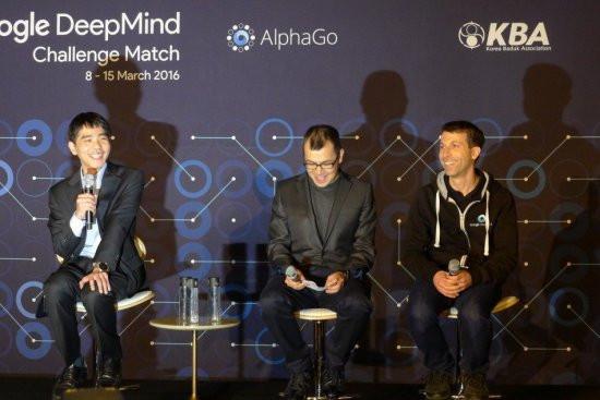 Khoảnh khắc AlphaGo đầu hàng, tiếng reo hò vang lên từ phòng bình luận tiếng Hàn Quốc và đám đông phóng viên.