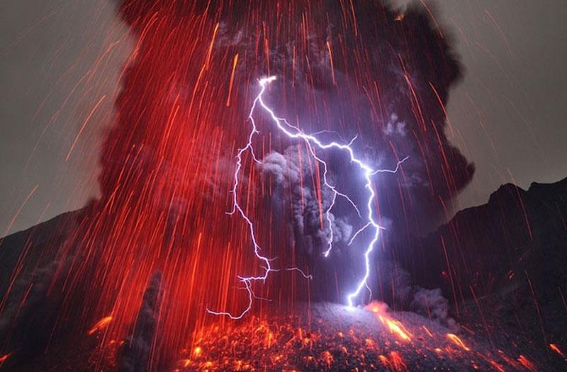 Sự va chạm giữa điện khí đá, tro và đá