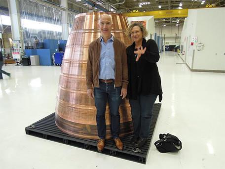 Bezos chụp ảnh cùng một phóng viên tại nhà máy Blue Origin.