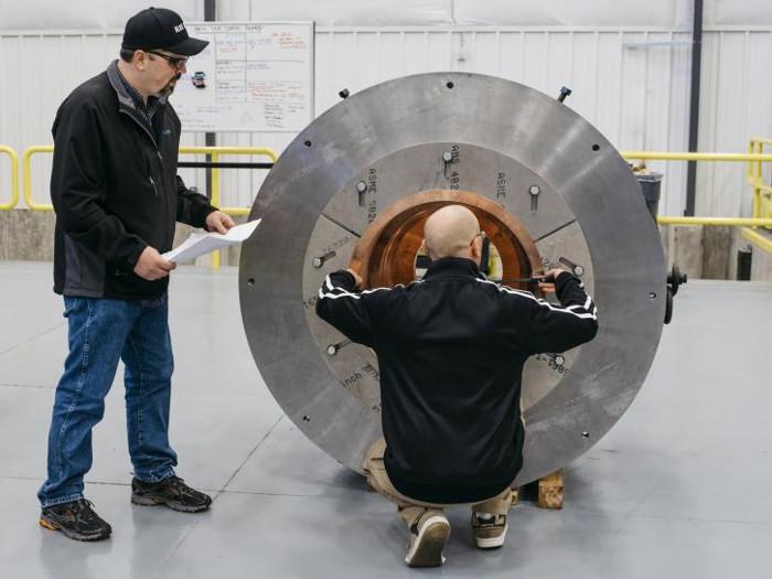 Các kỹ sư kiểm tra khoang đốt chính của động cơ BE-4.