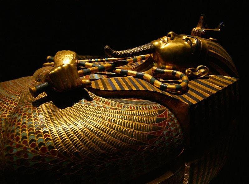 Hai chiếc móc và néo được bắt chéo với nhau thì lại mang nghĩa là sự hồi sinh như trong các bức hình ta thường thấy ở quan tài của vua Tutankhamun.