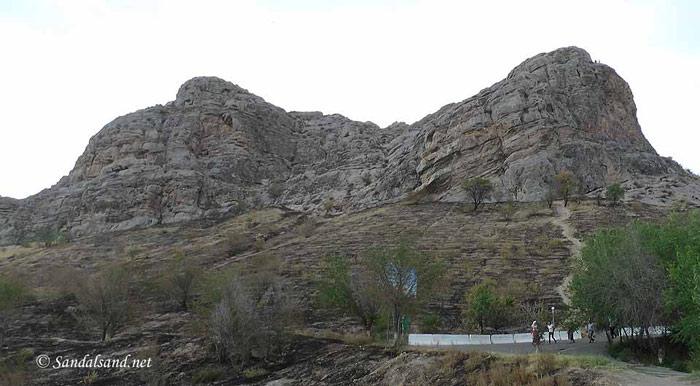 """Ngọn núi thiêng Sulaiman- Too được coi như ngọn hải đăng soi đường cho những đoàn người qua lại trên tuyến đường nổi tiếng có tên là """"Con đường tơ lụa"""" trong suốt hơn 1 thiên niên kỷ."""