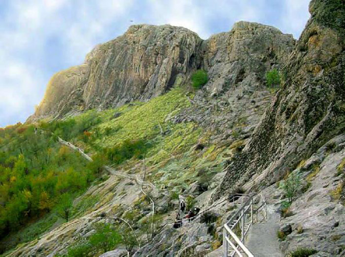 Từ sườn núi lên tới đỉnh, có nhiều điện thờ, hang thờ được tìm thấy.