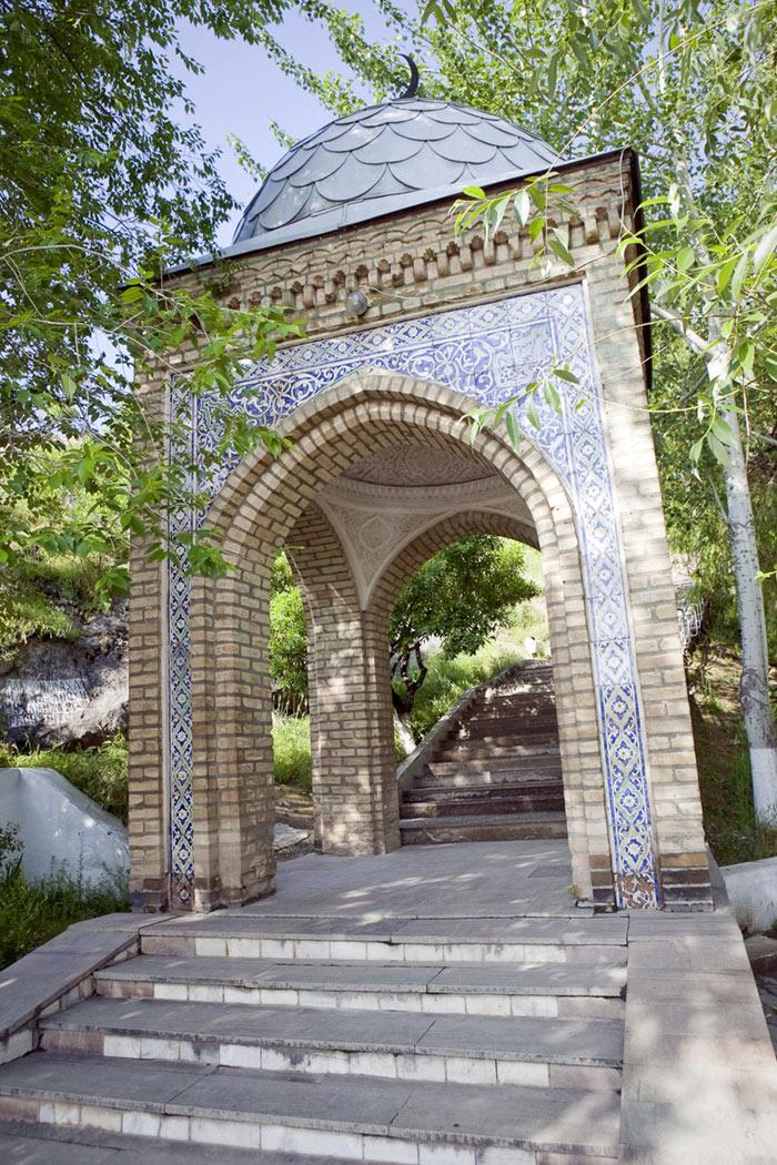 Hai nhà thờ Hồi giáo được xây dựng trên ngọn núi thiêng Sulaiman-Too đến nay vẫn được bảo tồn khá toàn vẹn