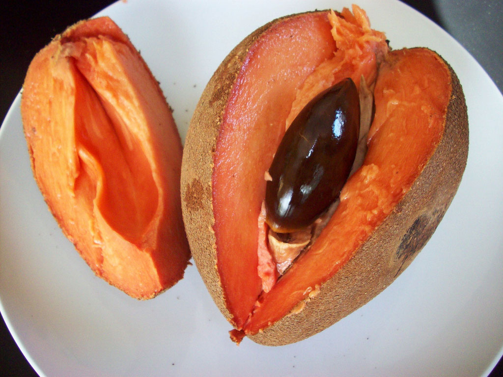 Hồng xiêm hay còn gọi là lồng mứt, xa-pô-chê hoặc sa-bô-chê. Loại quả này có hương vị thơm, vị ngọt đậm đà.