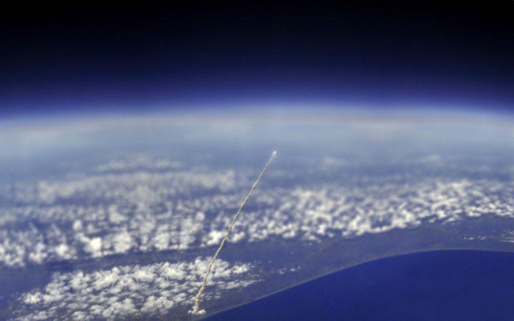 Một vụ phóng tên lừa của trạm không gian vũ trụ quốc tế, được nhìn từ không gian