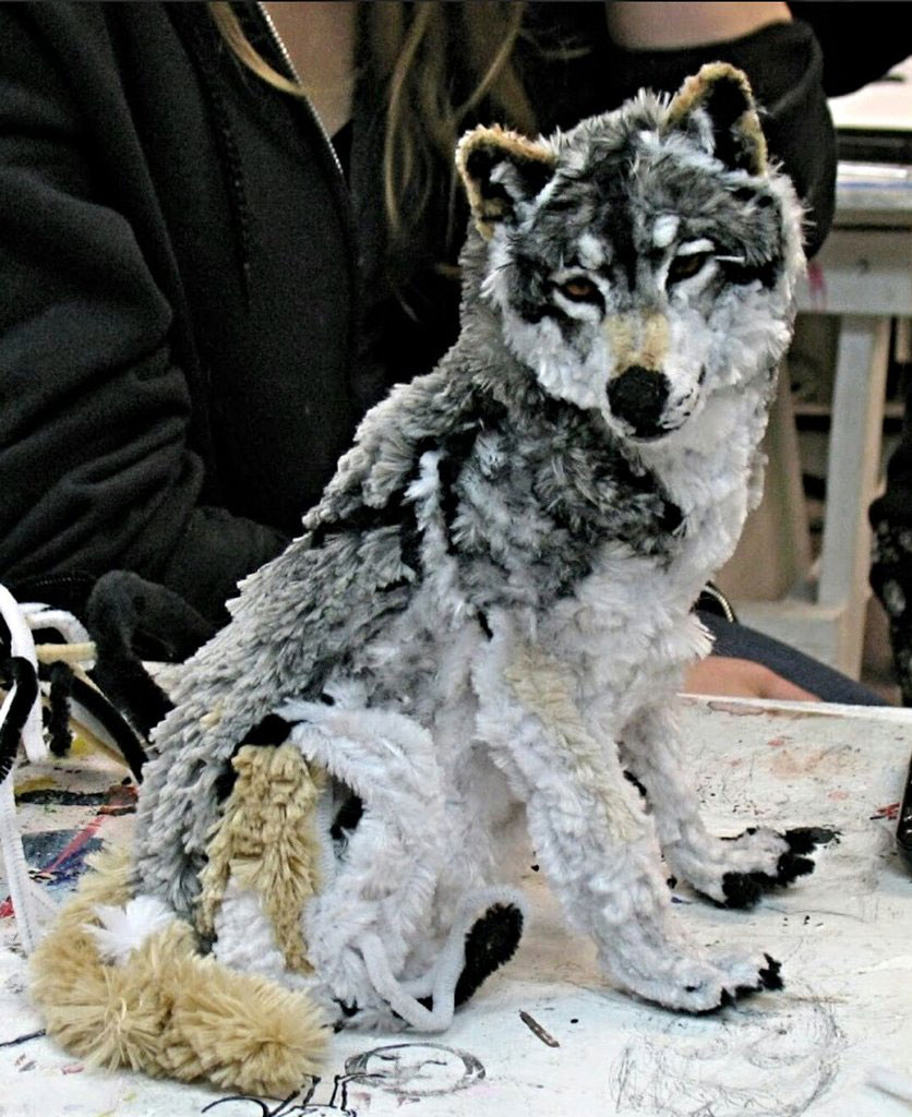 Một nghệ sĩ trang điểm cho một con sói, chỉ sử dụng chất tẩy rửa đường ống