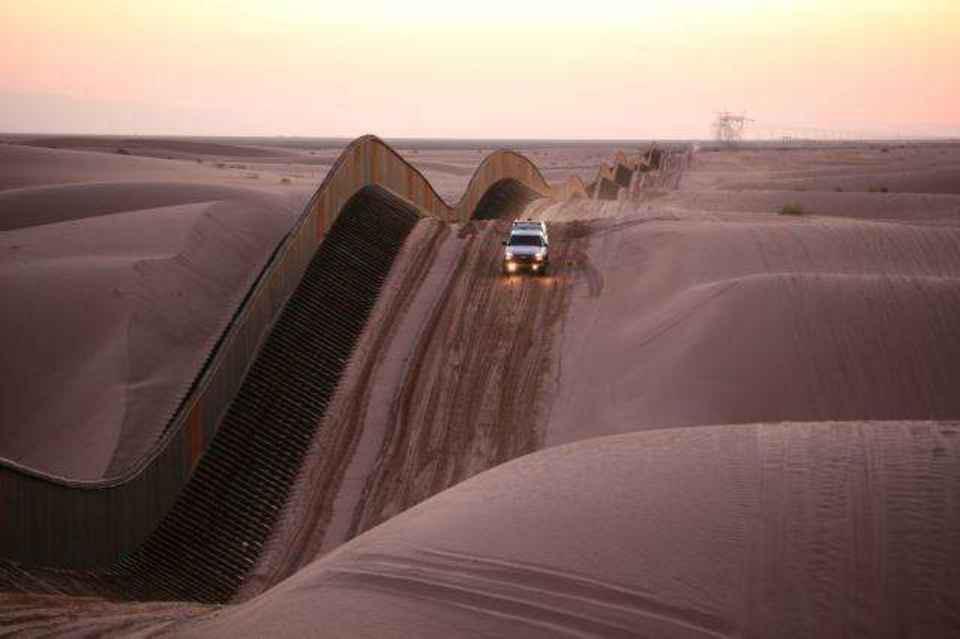 Các đụn cát và hàng rào biên giới ở miền nam California.