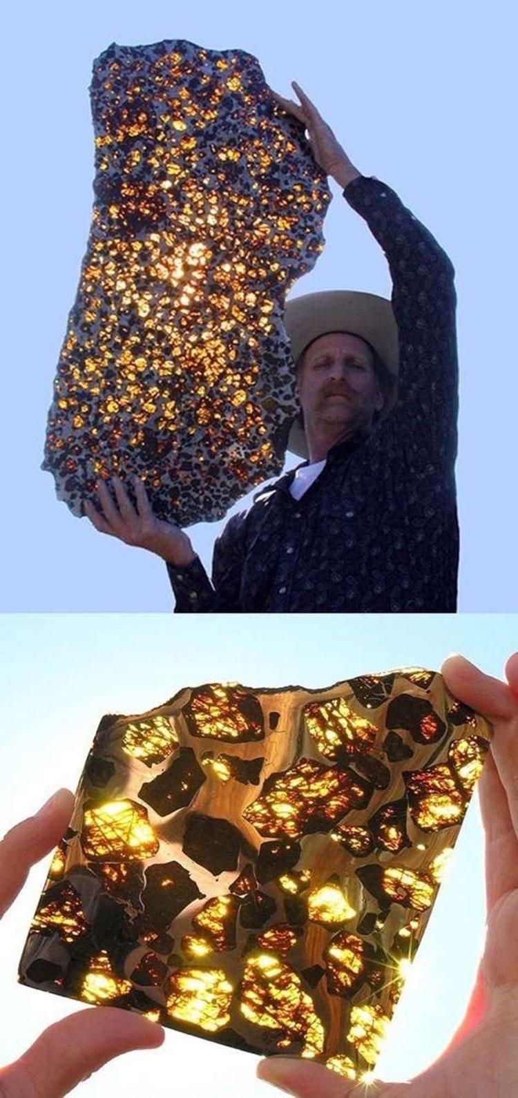 Khi mặt trời chiếu xuyên qua, khối thiên thạch được biết với tên Fukang Meteorite này trở nên thật lung linh