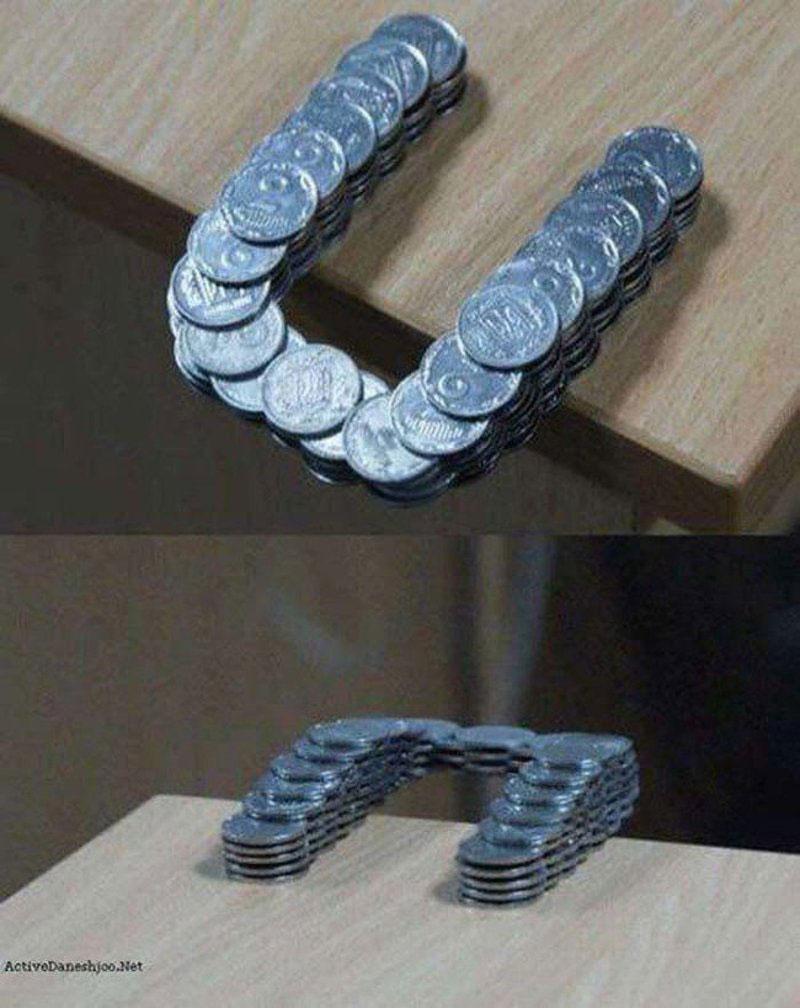 Các đồng tiền xu được sắp xếp khéo léo ra khỏi góc bàn