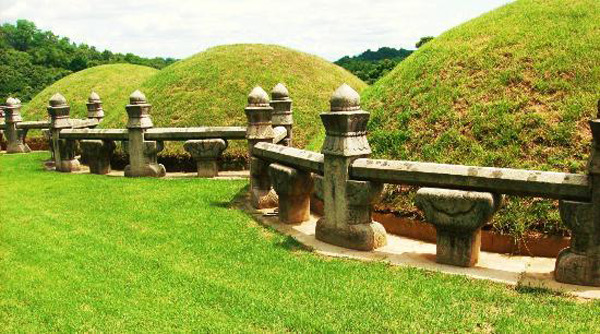 Khu Lăng mộ Hoàng gia Joseon có một mối quan hệ trực tiếp với truyền thống sinh hoạt thờ cúng tổ tiên thông qua việc thực hiện các lễ nghi quy định.