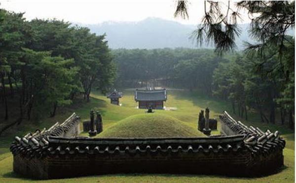 Khu lăng mộ Hoàng gia của triều đại Joseon là một quần thể gồm 40 lăng mộ nằm rải rác tại 18 địa điểm được xây dựng từ năm 1408 đến năm 1966
