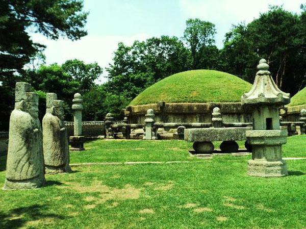 Người xưa thường chọn những nơi có địa hình và cảnh quan đẹp để xây dựng các lăng mộ