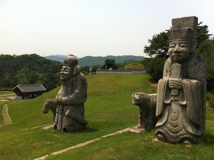 Các tượng khắc đá được đặt trong khu vực lăng mộ