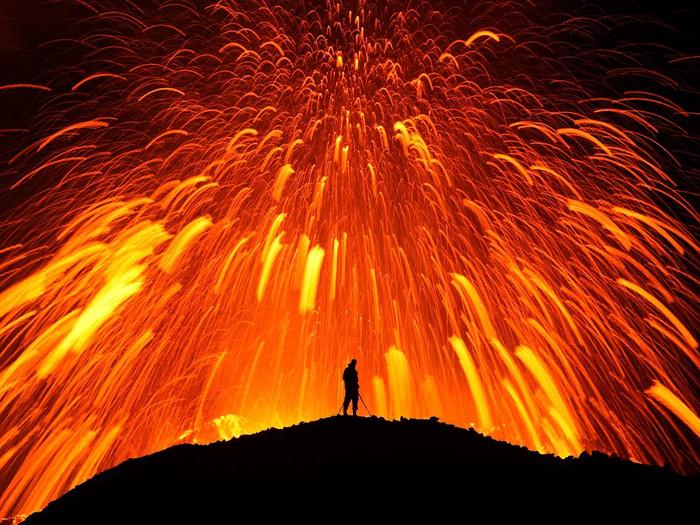 Dung nham phun trào từ miệng một ngọn núi lửa ở Iceland.