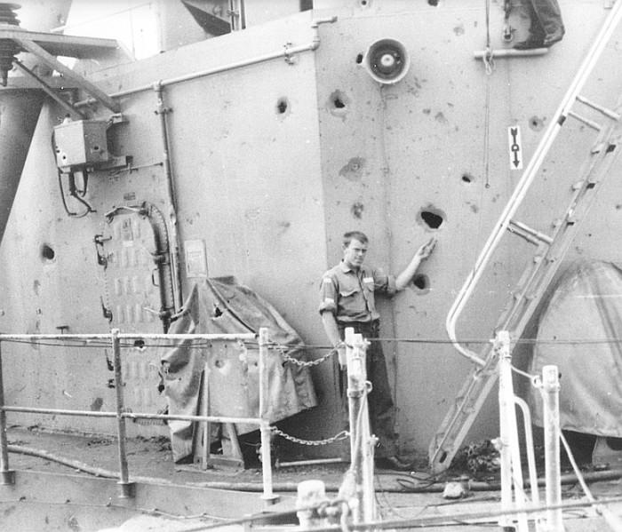 Năm 1968, tàu hải quân HMAS Hobart gặp một UFO. Hình ảnh tàu khu trục bị hư hỏng.