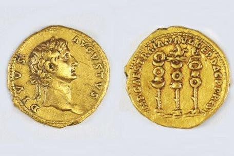 Mặt trước và sau của đồng tiền xu bằng vàng.