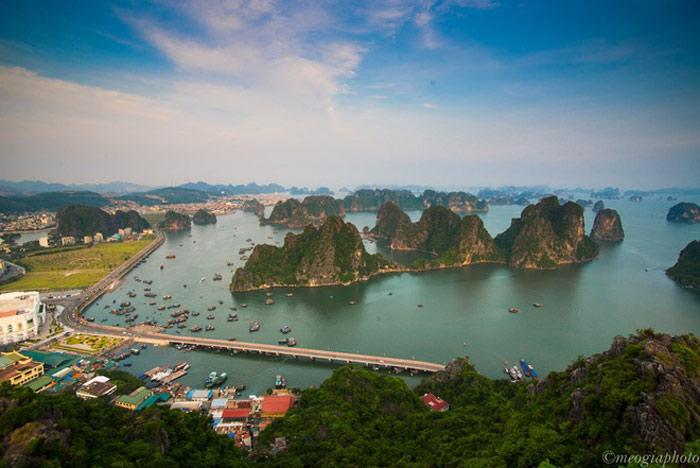 Một góc nhìn khác lạ về vịnh Hạ Long từ ngọn núi Bài Thơ. Là một trong 2 vịnh biển đẹp nhất Việt Nam bên cạnh vịnh Nha Trang, vịnh Hạ Long là nơi thường xuyên đón các tàu du lịch quốc tế.