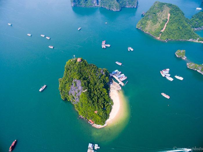 Đảo Ti Tốp, nơi có bãi tắm nổi tiếng với bãi cát trắng và làn nước xanh biếc luôn là điểm dừng chân được yêu thích của mọi du khách khi tham quan vịnh Hạ Long. Đảo nằm cách Bãi Cháy 14 km về phía đông.