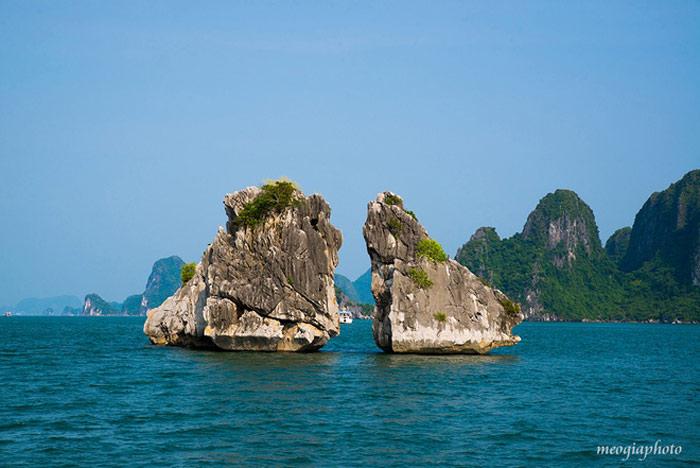 Hòn Trống Mái hay còn gọi là hòn Gà Chọi, nằm ở phía tây nam vịnh Hạ Long, cách Bãi Cháy 5 km.
