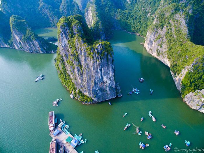 Ba Hang cũng là một điểm dừng chân yêu thích của du khách vì ngoài việc được đi thăm làng chài bạn còn có thể tự chèo thuyền kayak tham quan những hang động trên vịnh.