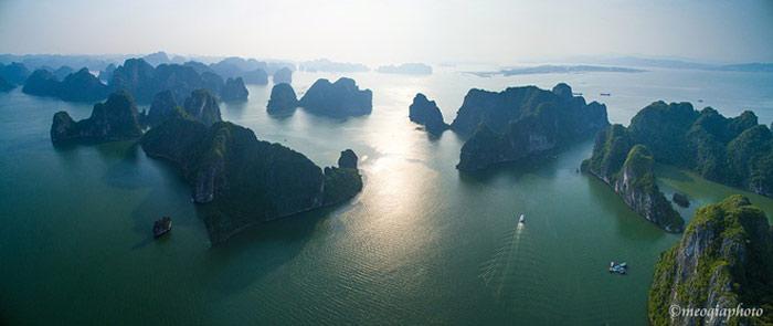 Hàng nghìn hòn đảo với hình thù khác nhau nằm giữa biển trời tạo nên vẻ đẹp kỳ vĩ độc đáo cho vịnh Hạ Long.