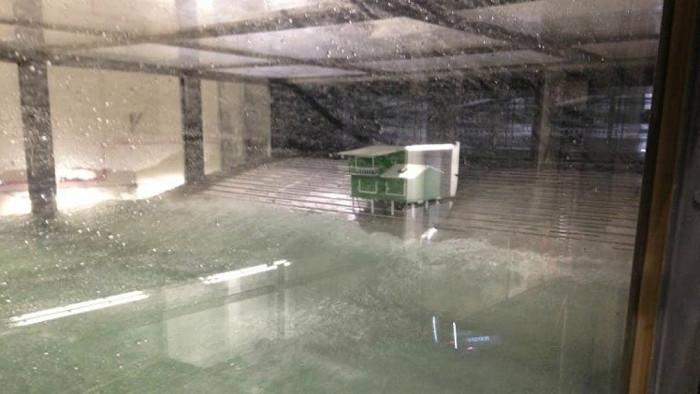 Kiểm tra sự kiên cố của một mô hình tòa nhà trong bão.